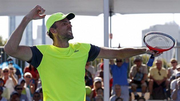 Vítězné gesto chorvatského tenisty Iva Karloviče poté, co postoupil do 3. kola Australian Open.
