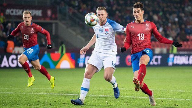 Český útočník Patrik Schick (vpravo) střílí gól v utkání Ligy národů se Slovenskem. Obránce Milan Škriniar už zasáhnout nestačil.