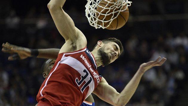 Český rozehrávač Tomáš Satoranský z Washingtonu smečuje během duelu NBA v londýnské O2 Areně.