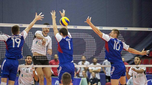 Zády zleva čeští volejbalisté Petr Michálek, Jakub Veselý a Michal Finger při utkání SL s Egyptem.