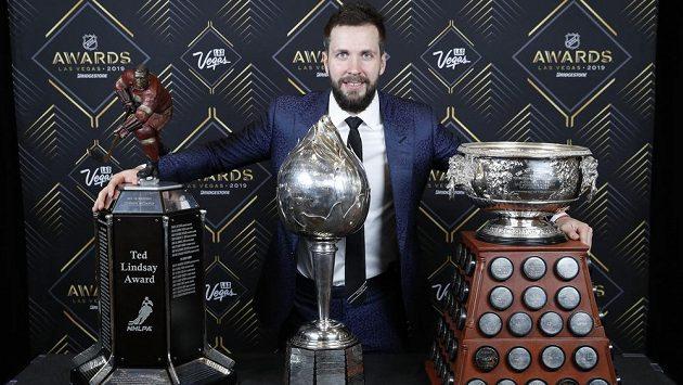 Hned tři ceny pro Nikitu Kučerova! Ruský útočník Tampy Bay pózuje fotografům s Ted Lindsay Award (zleva), Hart Memorial Trophy a Art Ross Trophy.