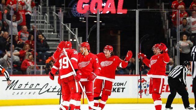 Radost hokejistů Detroitu v utkání s Bostonem. Gratulace po vstřeleném gólu přijímá od spoluhráčů obránce Filip Hronek (17).