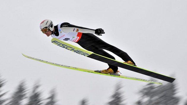 Sdruženář Miroslav Dvořák při skoku.
