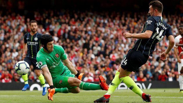 Brankář Petr Čech z Arsenalu a Aymeric Laporte z Manchesteru City.