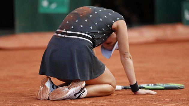 Markéta Vondroušová bezprostředně po proměněném mečbolu proti Petře Martičové ve čtvrtfinále French Open.