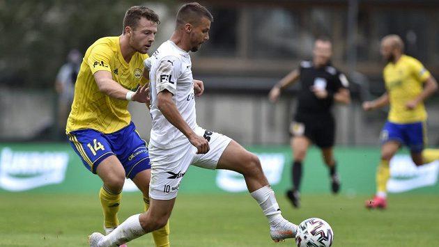 Zleva Martin Cedidla ze Zlína a Jan Navrátil ze Slovácka v utkání prvního kola fotbalové ligy.