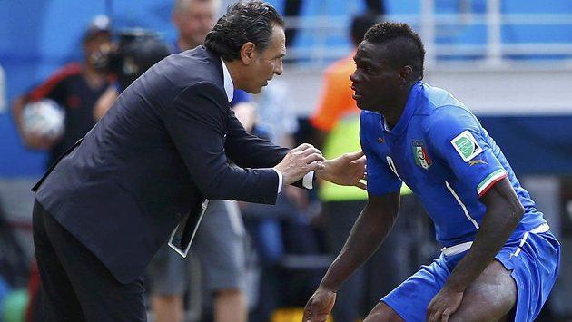 Cesare Prandelli ještě jako kouč iltalské reprezentace uděluje pokyny Mario Balotellimu.