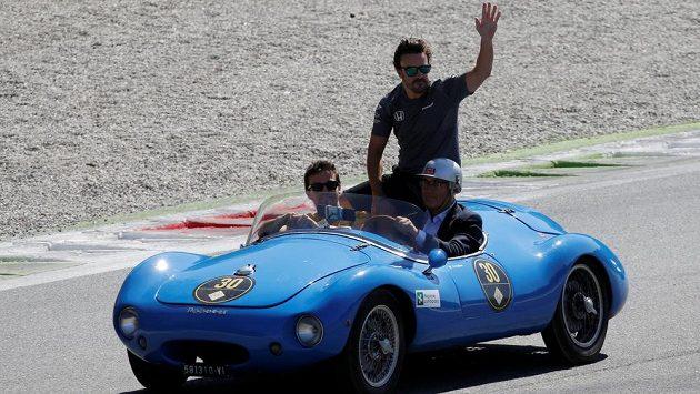 Fernando Alonso zdraví fanoušky v Monze.
