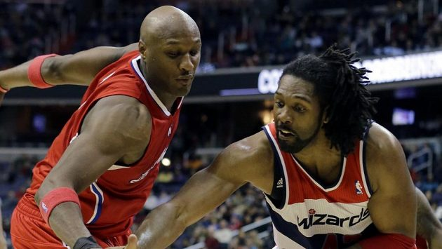 Lamar Odom z Los Angeles Clippers(vlevo) v souboji s Nenem z Washingtonu Wizards.