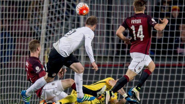 Plzeňský útočník Michael Krmenčík střílí gól při loňském utkání na Spartě.