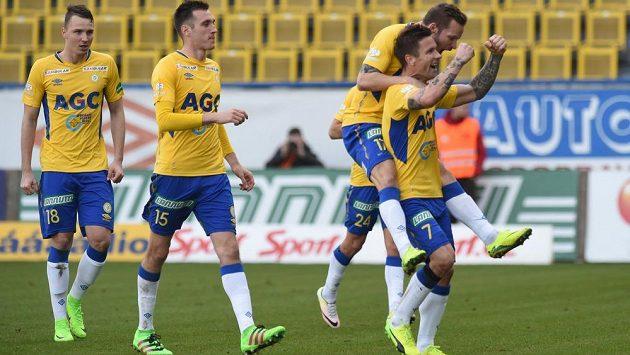 Zprava střelec gólu Martin Fillo, Tomáš Vondrášek, Aleksandar Šušnjar a Michal Jeřábek z Teplic se radují.
