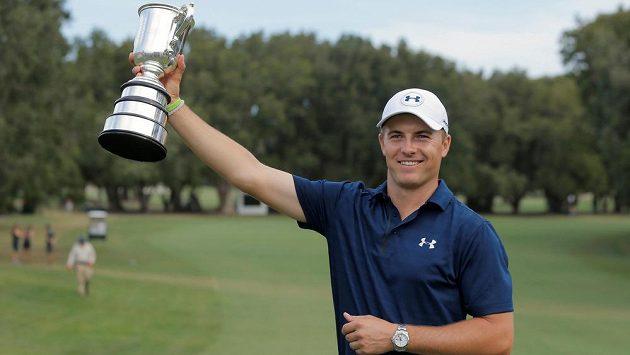 Americký golfista Jordan Spieth s trofejí pro vítěze Australian Open.