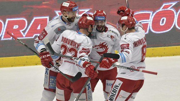 Po Liberci se do finále extraligy dostali i hokejisté Třince, na snímku se radují z třetího gólu v plzeňské síti. Vstřelil ho Vladimír Dravecký (druhý zleva).