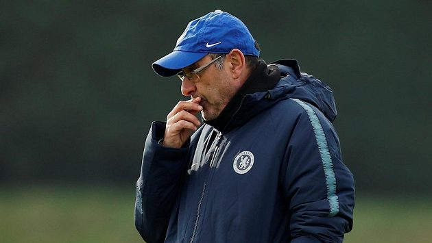Zamyšlený italský kouč Marizio Sarri na tréninku Chelsea.