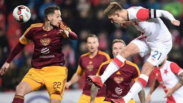 Milan Škoda ze Slavie střílí úvodní gól utkání proti Dukle. Vlevo obránce Dukly Mario Holek.