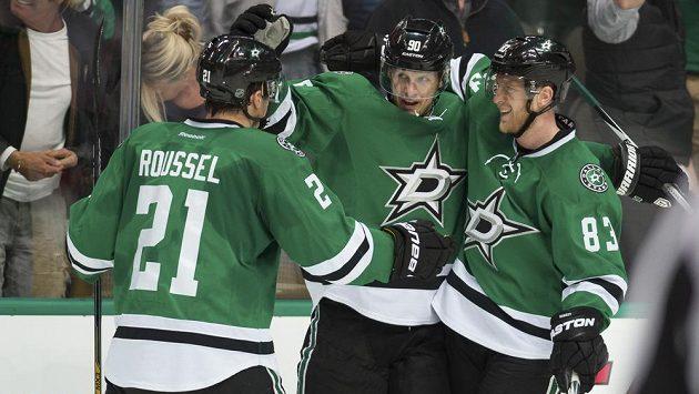 Hokejisté Dallasu, zleva Antoine Roussel, Jason Spezza a Aleš Hemský. Spolu s nimi by se měl na ledě v nejbližší době objevit i Radek Faksa.