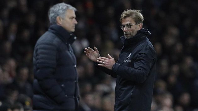Trenéři Liverpoolu a Manchesteru United. Vpravo tleskají kouč Reds Jürgen Klopp, vlevo zadumaný lodivod Rudých ďáblů José Mourinho.