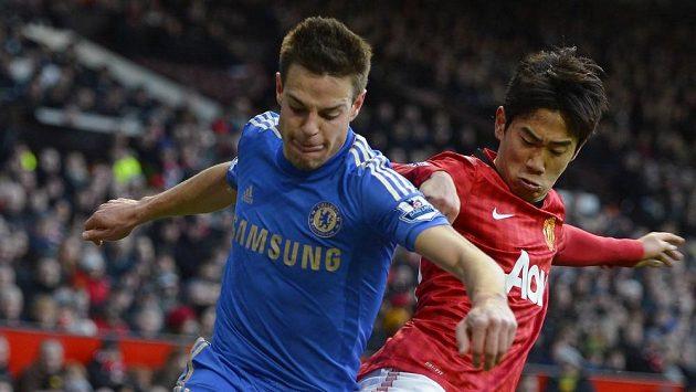 Obránce Chelsea Cezar Azpilicueta v souboji se Šindžim Kagawou (vpravo) z Manchesteru United.