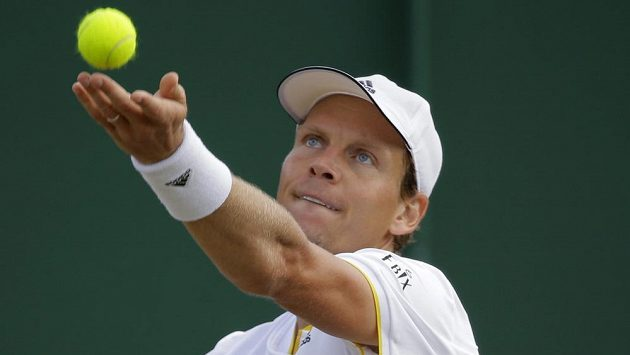 Tomáš Berdych při osmifinále Wimbledonu s Rakušanem Dominikem Thiemem.