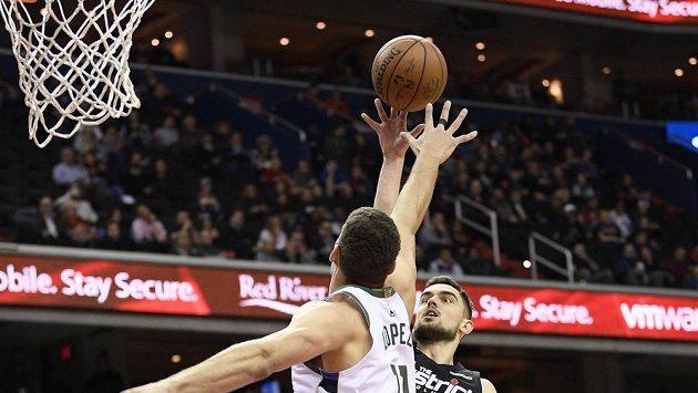 Tomáš Satoranský v dresu Washingtonu střílí přes pivota Milwaukee Brooka Lopeze v zápase NBA, ve kterém si jako první Čech v historii připsal trple double.