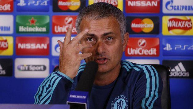 Kouč Chelsea Jose Mourinho na tiskové konferenci před úvodním kolem Ligy mistrů.