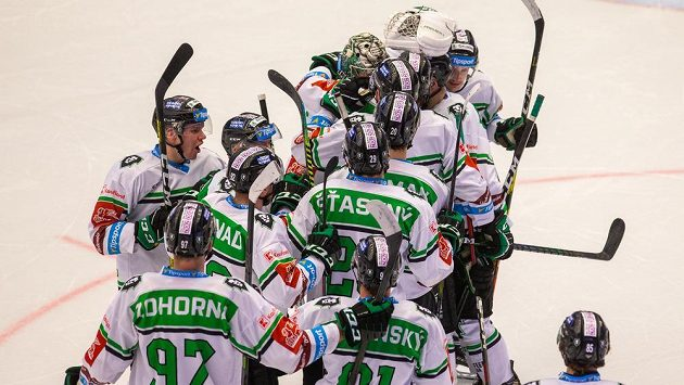 Hráči Mladé Boleslavi oslavují výhru v Třinci.