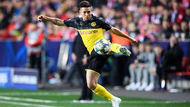 Raphael Guerreiro z Dortmundu během utkání Ligy mistrů na hřišti Slavie. Pro poháry se logo na dresu Borussie nemění.
