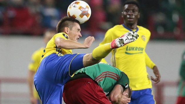 Lukáš Železník (vlevo) v tvrdém souboji s Dmitrijem Tarasovem.