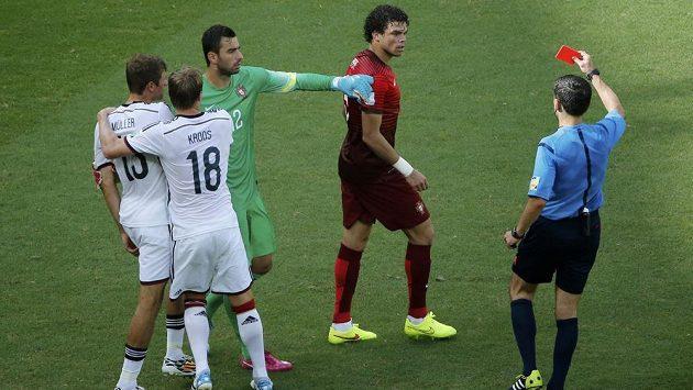 Rozhodčí Milorad Mažič (vpravo) ukazuje červenou kartu Portugalci Pepemu (uprostřed) v utkání MS s Německem.