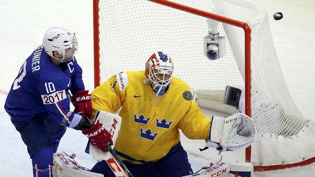 Švédský gólman Anders Nilsson likviduje šanci Laurenta Meuniera.