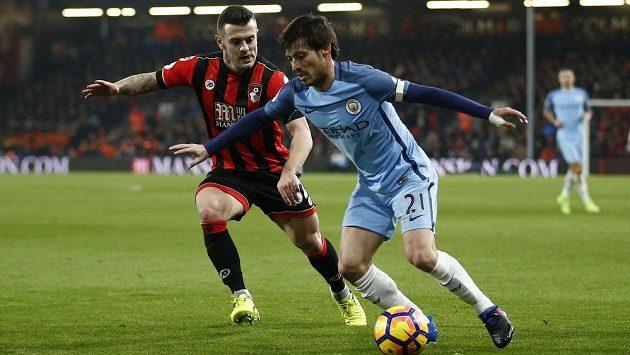 David Silva (vpravo) z Manchesteru City se snaží vyzrát na Jacka Wilsherea z Bournemouthu.