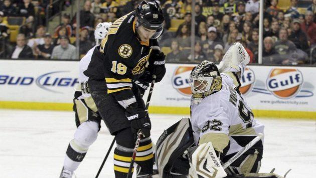 Bostonský útočník Seguin se snaží překonat českého strážce branky Pittsburghu Tomáše Vokouna.