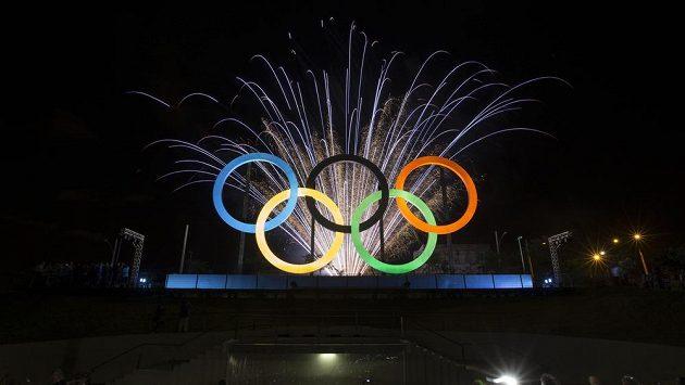 Madureira Park v Rio de Janeiru už byl vyzdoben olympijskými kruhy přivezenými z Londýna. Přípravy her mnohdy ale váznou.