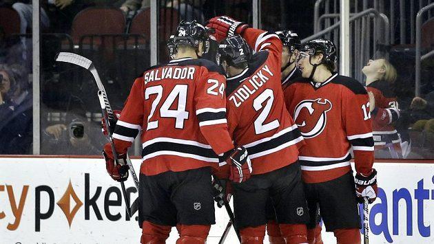 Hokejisté New Jersey se radují z gólu.