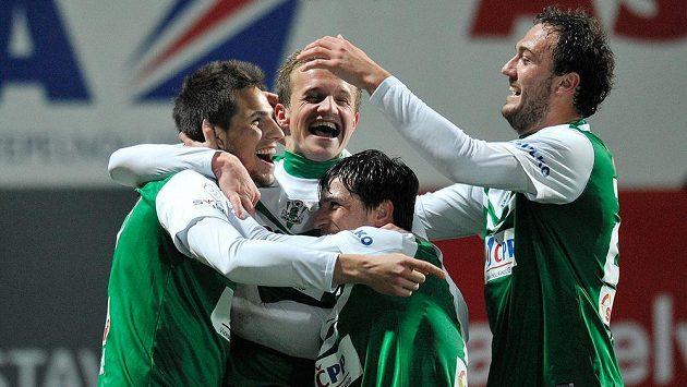 Vojtěch Kubista (vlevo) z Jablonce se raduje se spoluhráči z gólu proti Teplicím.