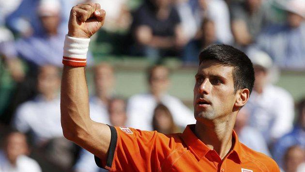 Novak Djokovič se raduje. Ostře sledovaný duel s Rafaelem Nadalem jednoznačně ovládl.