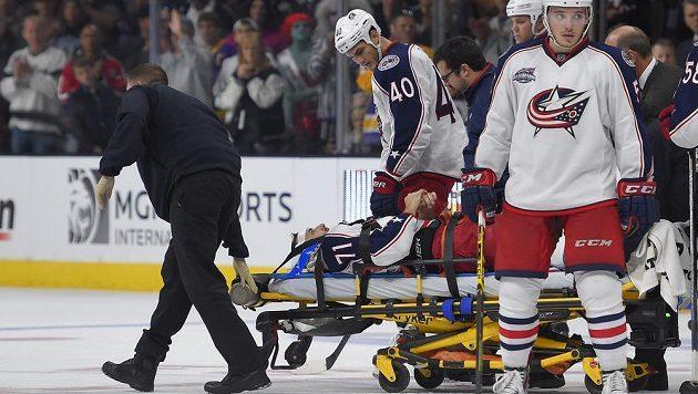 Zraněný útočník Columbusu Nick Foligno opouští zápas v Los Angeles na nosítkách.