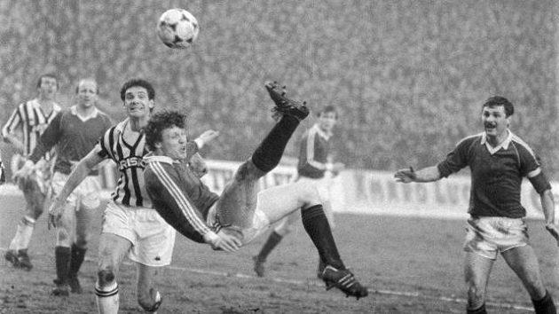 Fotbalový akrobat Stanislav Griga v pohárové bitvě s Juventusem Turín.