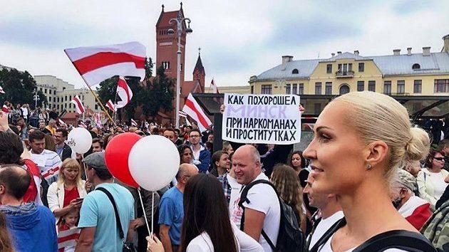 Běloruská basketbalistka Jelena Leučanková (vpravo) na protivládních protestech v Minsku. Zdroj: Instagram @yelenaleu
