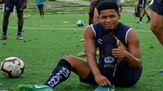 Ekvádorský fotbalista Edwin Espinoza byl zastřelen před svým domem.