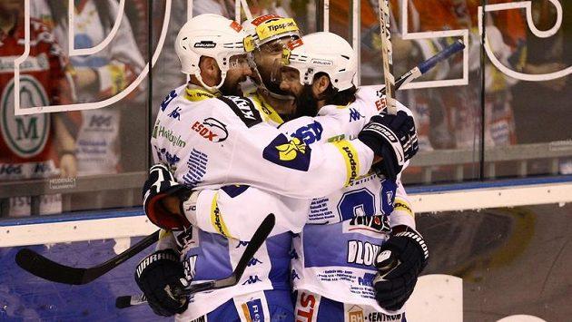Hokejisté Brna oslavují branku