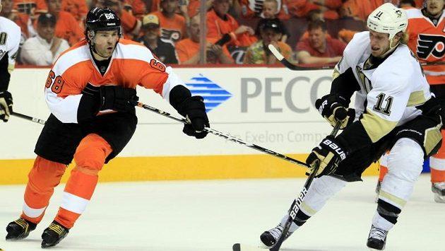 Jaromír Jágr (vlevo) stoupá historickými tabulkami play-off NHL.