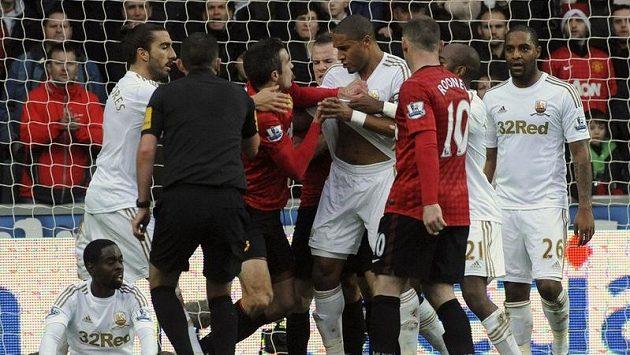 Útočník Manchesteru United se sápe na Ashleyho Williamse ze Swansea, který jej chvíli předtím trefil v přerušené hře míčem do hlavy.
