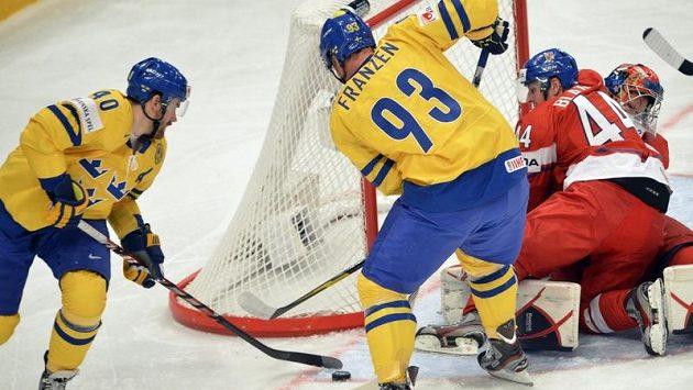 Zleva Henrik Zetterberg a Johan Franzen ze Švédska a Miroslav Blaťák a brankář Jakub Štěpánek těsně před prvním gólem.