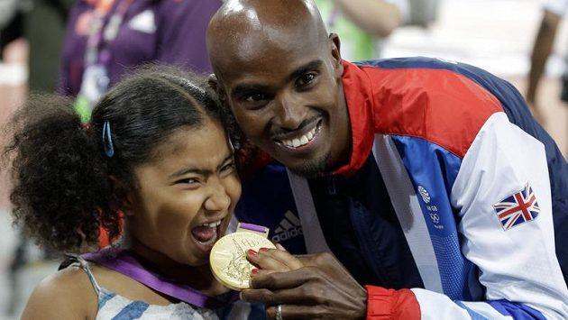 Britský atlet Mohamed Farah oslavuje spolu s dcerou Rihannou olympijský triumf v běhu na 5000 m