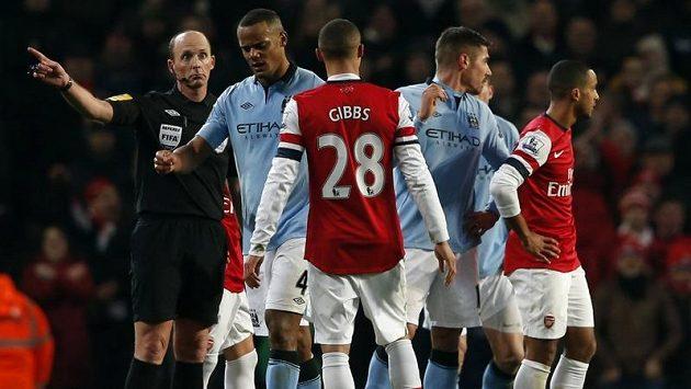 Vincent Kompany (druhý zleva) z Manchesteru City odchází z trávníku poté, co od rozhodčího Deana uviděl červenou kartu.