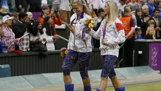 Slavné české holínky dupou po trávě Wimbledonu... Andrea Hlaváčková (vpravo) a Lucie Hradecká si v nich došly pro stříbro ze čtyřhry.