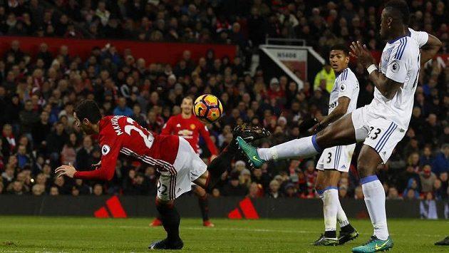 Henrik Mchitarjan z Manchesteru United dává přes hlavu gól proti Sunderlandu.