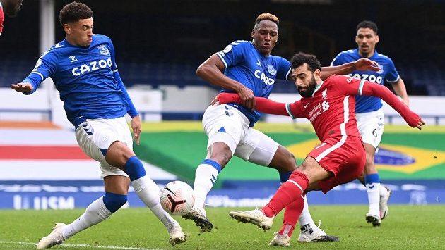 Mohamed Salah z Liverpoolu (vpravo) a Ben Godfrey a Yerry Mina z Evertonu.
