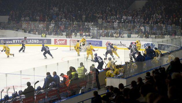 Kladenští diváci sledují zápas proti Šumperku, který domácí tým odehrál poprvé v rekonstruované hale.